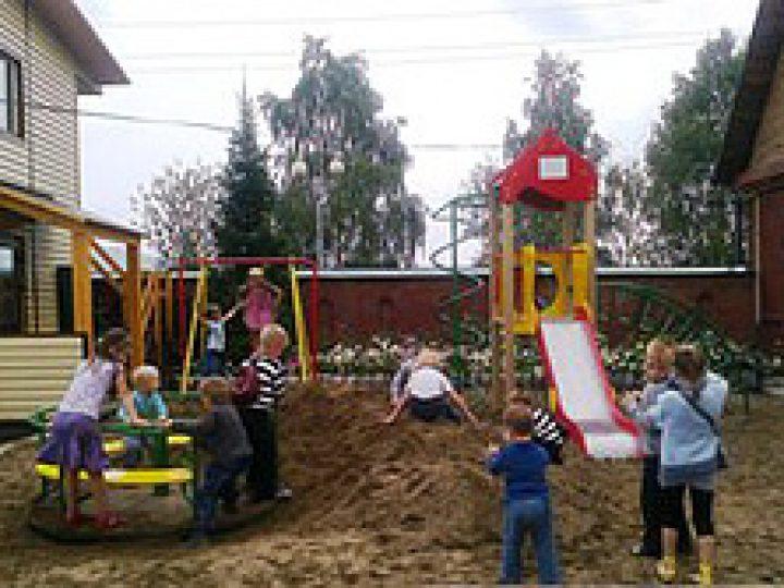 При храме в Междуреченске появилась детская игровая площадка