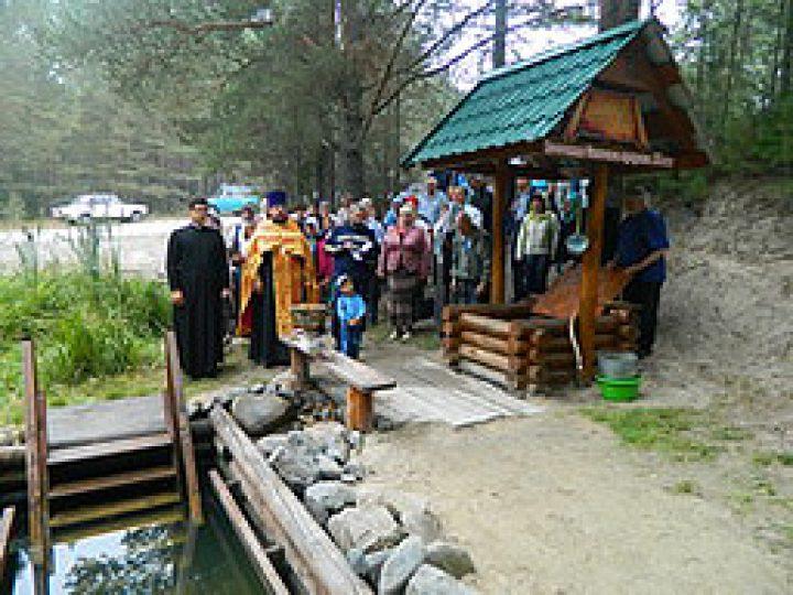 Верующие Мариинска совершили паломничество к святому источнику, облагороженному местной семьей