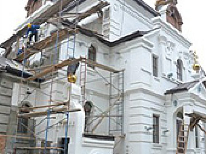Слушатели богословских курсов Юрги помогли благоустроить местный строящийся храм