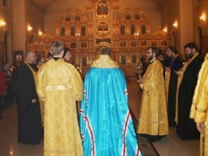 В канун дня памяти святителя Иоанна Златоустого митрополит Аристарх совершил всенощное бдение в Троицком храме Кемерова