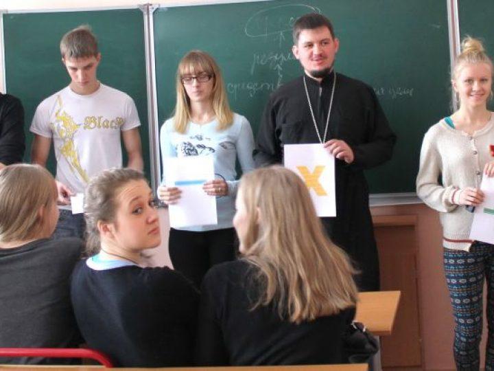 Священник вместе со школьниками из Полысаева составил «Формулу успеха»