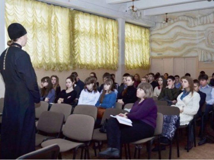 В Юрге священник провел для школьников занятие по профилактике наркозависимости