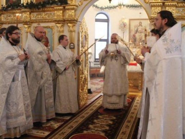 В Рождественский сочельник глава Кузбасской митрополии совершил Божественную литургию в Троицком храме Кемерова
