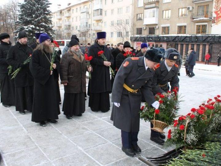 Православное духовенство Кемерова возложило цветы к памятнику воинам-кузбассовцам