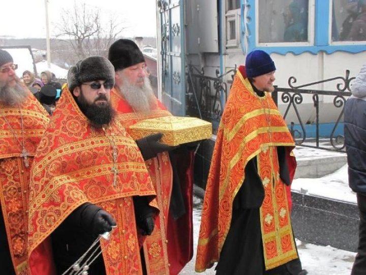 Ковчег с частицами мощей 35-ти угодников Божиих доставлен в монастырь Л-Кузнецкого многолюдным крестным ходом
