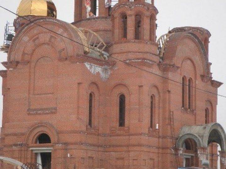 В Кемерове установлен первый купол с крестом на строящийся храм Казанской иконы Божией Матери