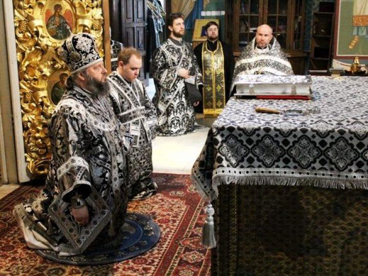 В Великий понедельник митрополит Аристарх совершил Литургию Преждеосвященных даров в Знаменском соборе