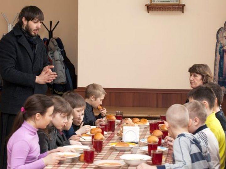 Отдел по делам молодежи Кемеровской епархии провел акцию «Накорми детей»