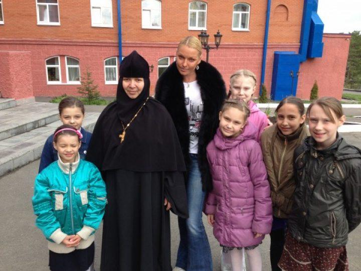 Известная балерина Анастасия Волочкова посетила детский дом при монастыре в Елыкаево