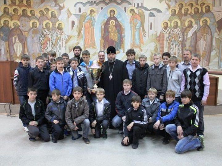 Игроки хоккейной команды «Кузбасс-2000» передали завоеванный Кубок Патриарха в музей Кемеровской епархии