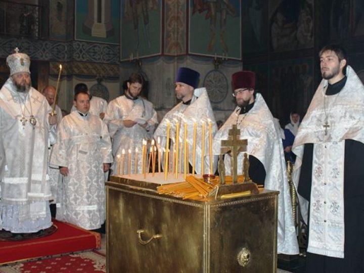 В Троицкую родительскую субботу митрополит Аристарх совершил панихиду в Знаменском соборе