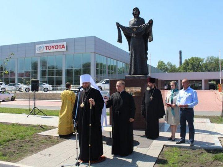 Глава Кузбасской митрополии освятил скульптурную композицию «Покров Пресвятой Богородицы» в Новокузнецке