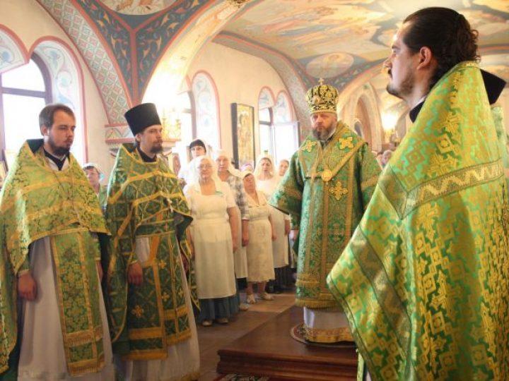 В день 110-летия со дня обретения мощей прп. Серафима Саровского митрополит Аристарх совершил Литургию в храме Полысаева
