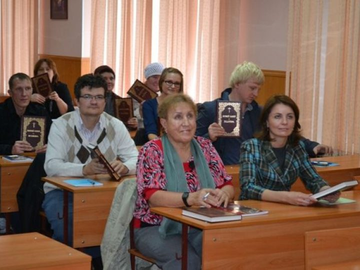 Благотворительный фонд им. святителя Григория Богослова передал богословским курсам в Кузбассе ценные книги