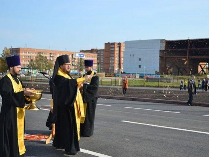 Епископ Иннокентий освятил новый участок автодороги в центре Юрги