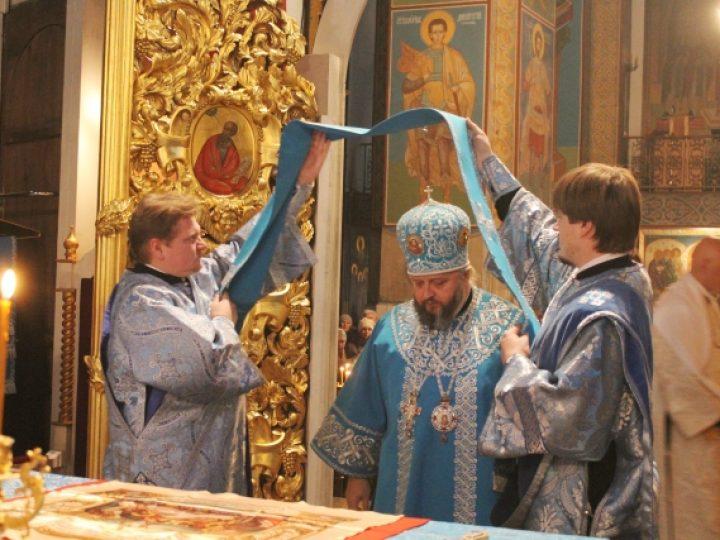 В праздник введения во храм Пресвятой Богородицы митрополит Аристарх совершил Литургию в Знаменском соборе