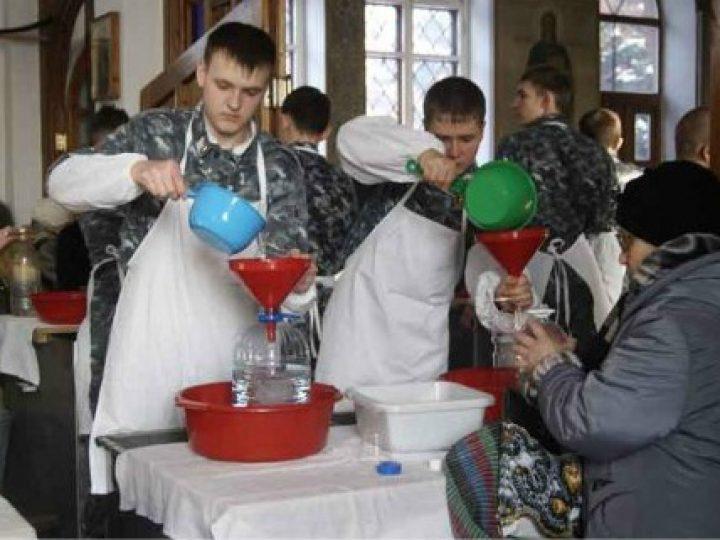 Кузбасские кадеты приняли участие в раздаче крещенской воды