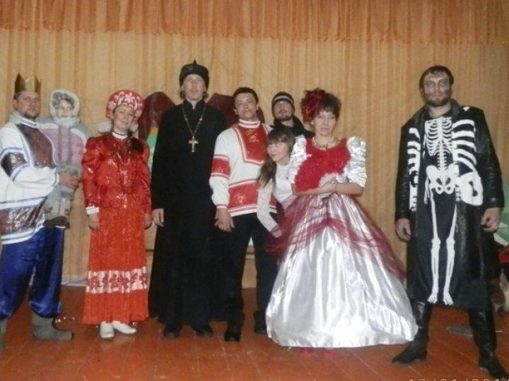 Воспитанники реабилитационного центра для наркозависимых при храме в Юргинском районе выступили со спектаклем перед селянами