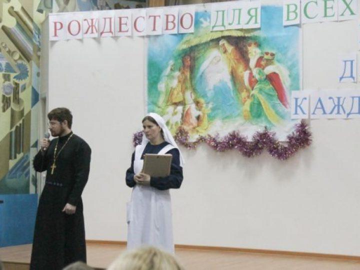 Учащиеся Православной гимназии и воскресных школ Новокузнецка организовали концерт и раздачу подарков для больных ребятишек
