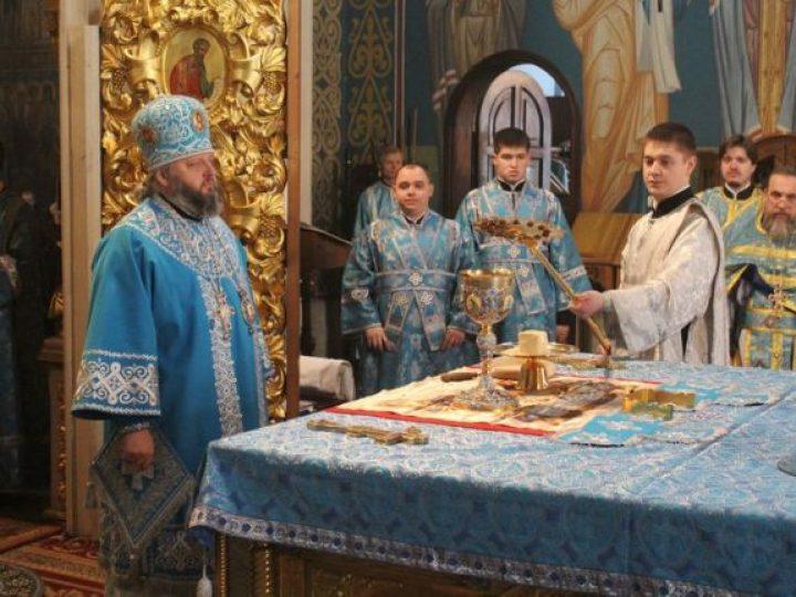 В праздник Сретения Господня митрополит Аристарх возглавил Божественную литургию в Знаменском соборе