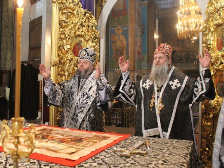 Митрополит Аристарх и епископ Йован совершили Литургию Преждеосвященных Даров в Знаменском соборе