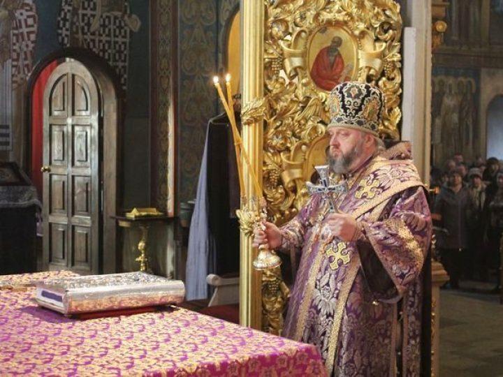 В неделю 4-ю Великого поста митрополит Аристарх совершил Литургию в Знаменском соборе