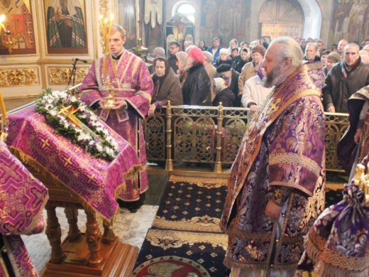 В неделю Крестопоклонную митрополит Аристарх совершил Литургию в Знаменском соборе