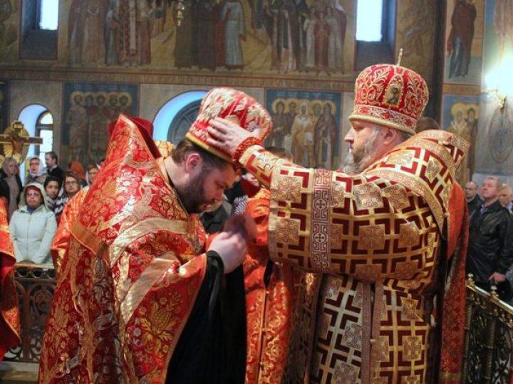 В день праздника Светлого Христова Воскресения митрополит Аристарх совершил Пасхальную великую вечерню в Знаменском соборе