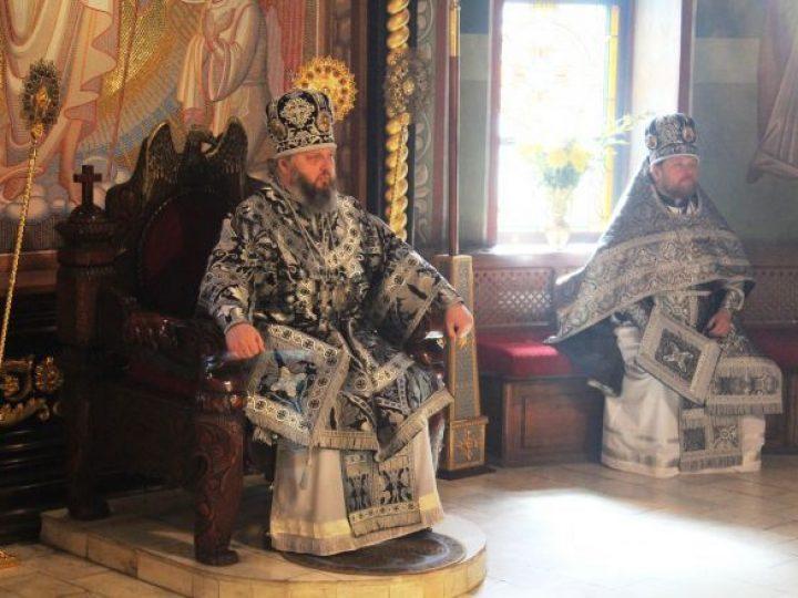В Великую субботу кузбасский архипастырь совершил Литургию святителя Василия Великого в Знаменском соборе