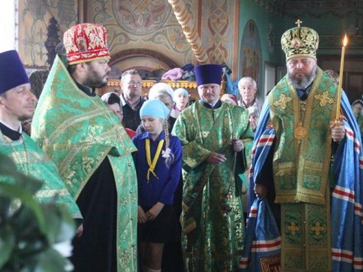 В Троицкую родительскую субботу митрополит Аристарх совершил панихиду в храме поселка Инской