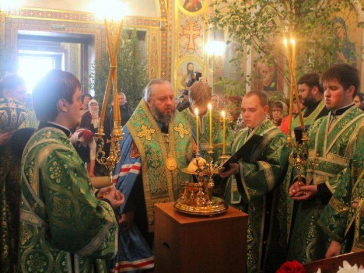 В канун праздника Святой Троицы правящий архиерей совершил всенощное бдение в храме Осинников