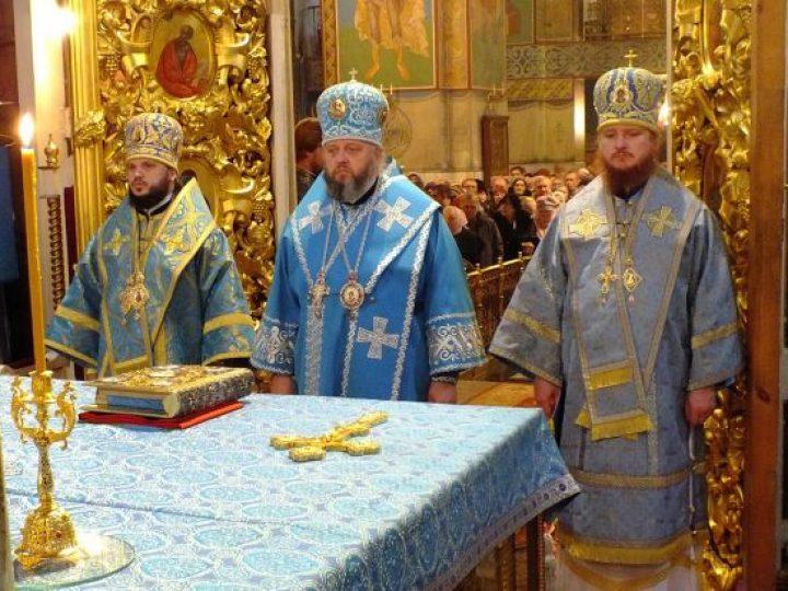 В Знаменском соборе отслужена Литургия с участием трех архиереев