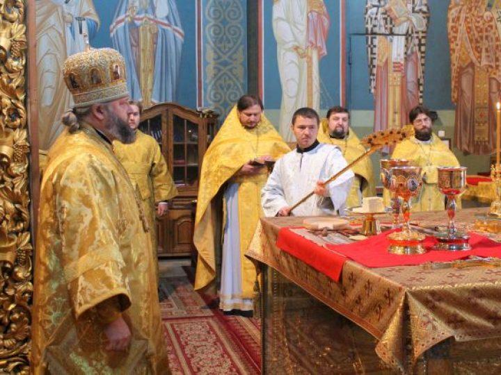 В неделю 22-ю по Пятидесятнице митрополит Аристарх совершил Литургию в Знаменском соборе