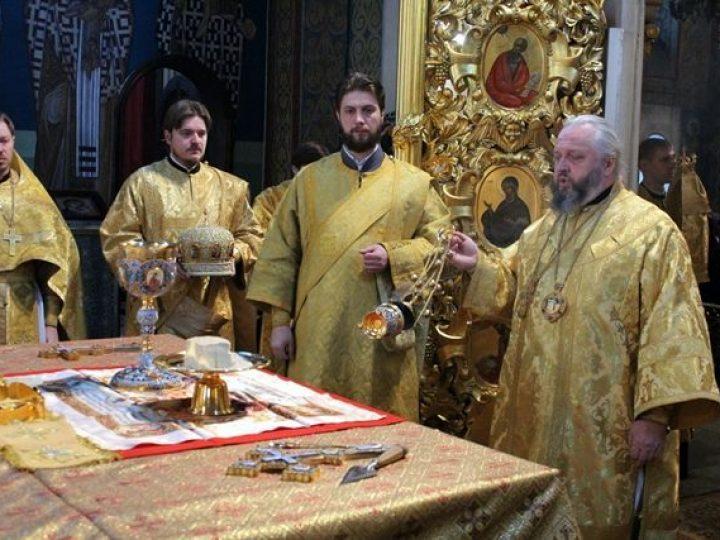 В Прощеное воскресенье митрополит Аристарх совершил Литургию в Знаменском соборе Кемерова