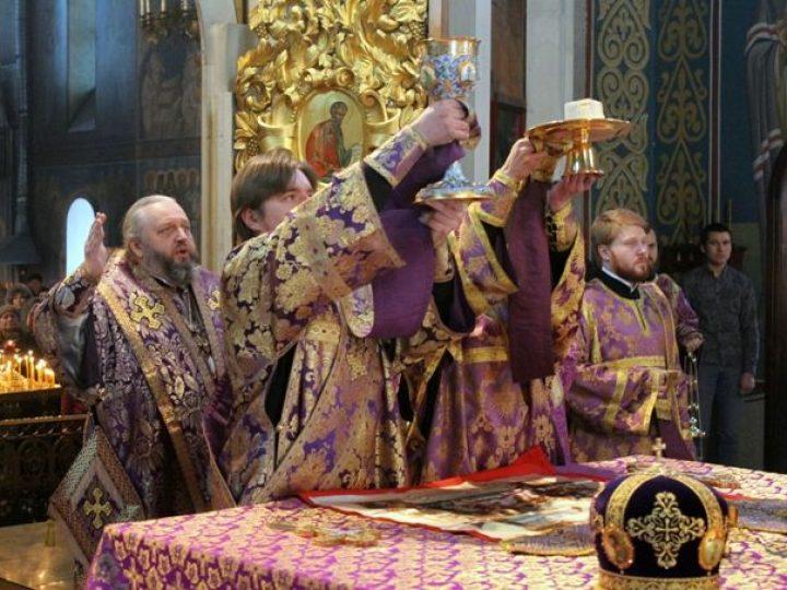В неделю Торжества Православия глава Кузбасской митрополии совершил Божественную литургию в Знаменском соборе