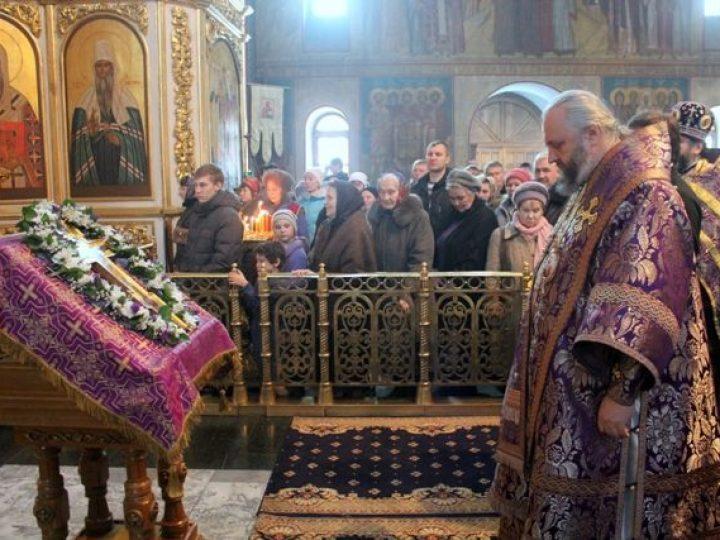 В неделю Крестопоклонную митрополит Аристарх совершил Литургию в Знаменском соборе Кемерова