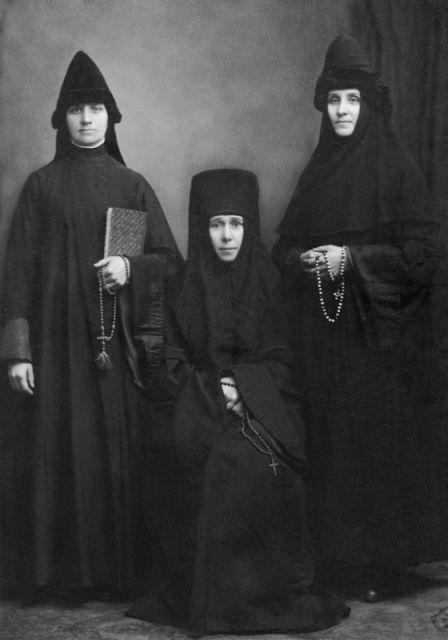 Инокиня Наталия Бакланова и послушницы Евдокия (справа) и Анастасия Прошкины