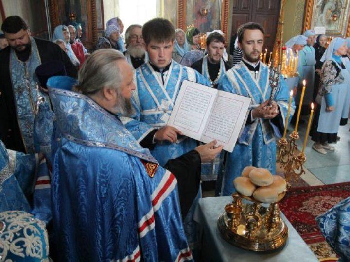 В канун праздника Успения Божией Матери кузбасский архипастырь совершил всенощное бдение в храме Киселевска