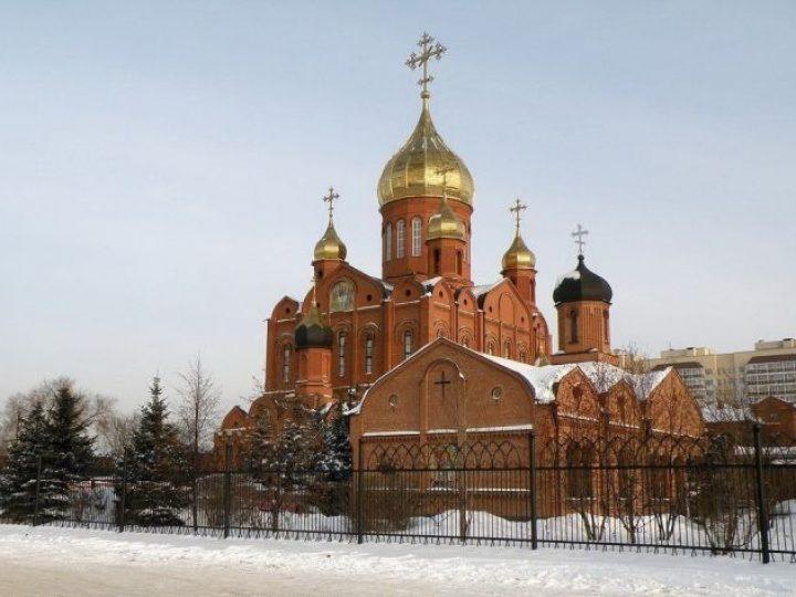 В неделю 26-ю по Пятидесятнице митрополит Аристарх совершил Божественную литургию в Знаменском соборе Кемерова