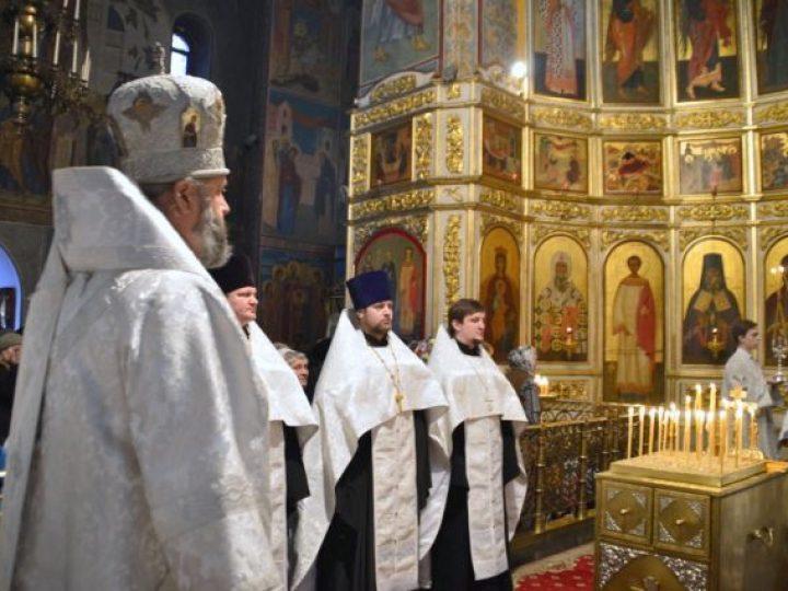 В Димитриевскую родительскую субботу митрополит Аристарх совершил панихиду в Знаменском соборе Кемерова