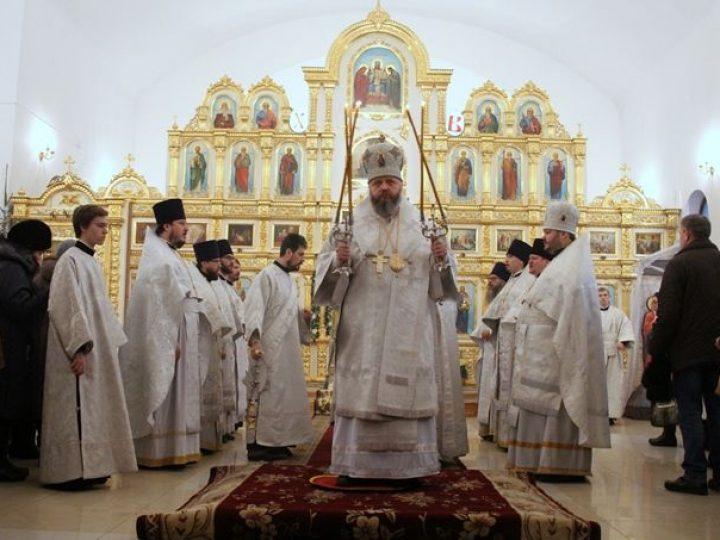 В Рождественский сочельник митрополит Аристарх совершил Литургию святителя Василия Великого в Троицком храме Кемерова
