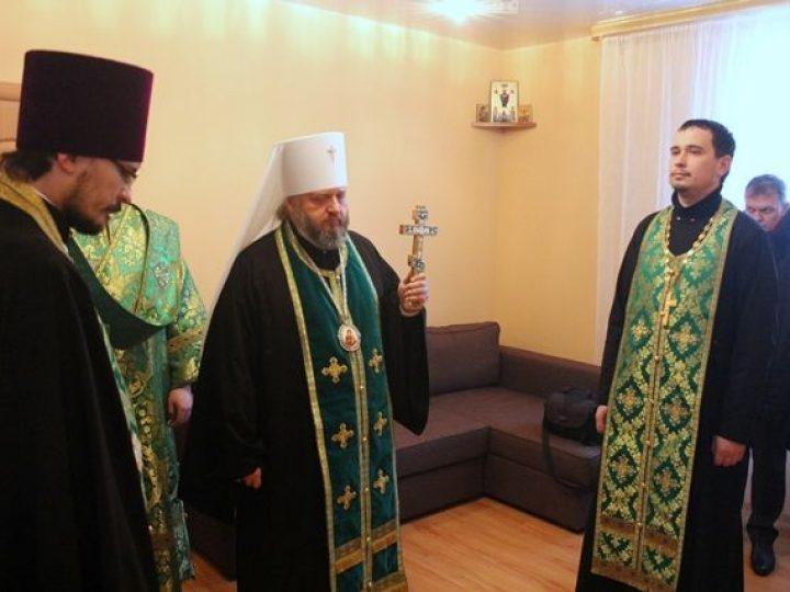 В Л-Кузнецком глава Кузбасской митрополии освятил церковно-причтовый дом, выстроенный при шахтовом храме
