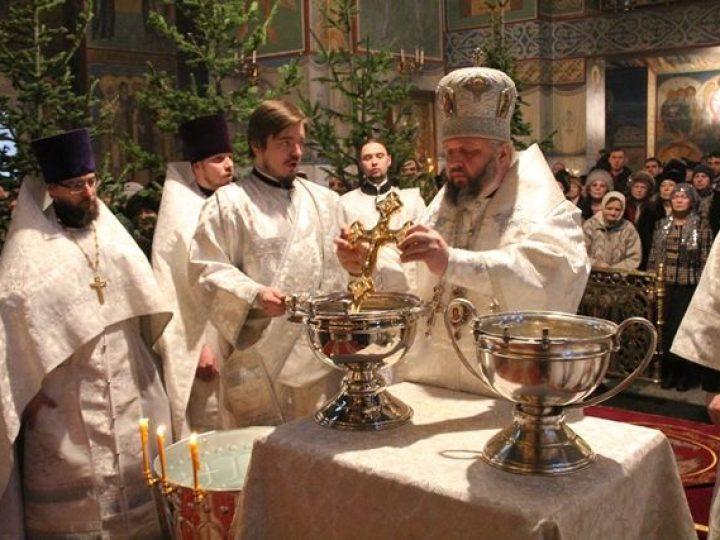 В праздник Крещения Господня глава Кузбасской митрополии совершил Литургию и чин великого освящения воды в Знаменском соборе Кемерова