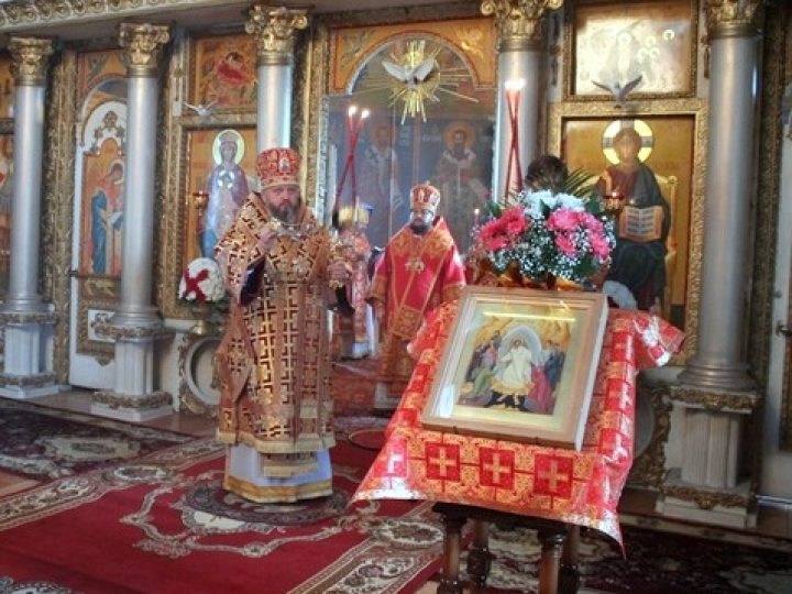 В Неделю 2-ю по Пасхе митрополит Аристарх возглавил Литургию в соборе Мариинска