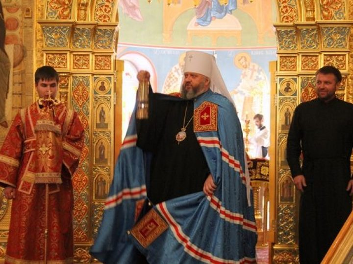 В понедельник Светлой седмицы митрополит Аристарх совершил Литургию в соборе Рождества Христова Новокузнецка