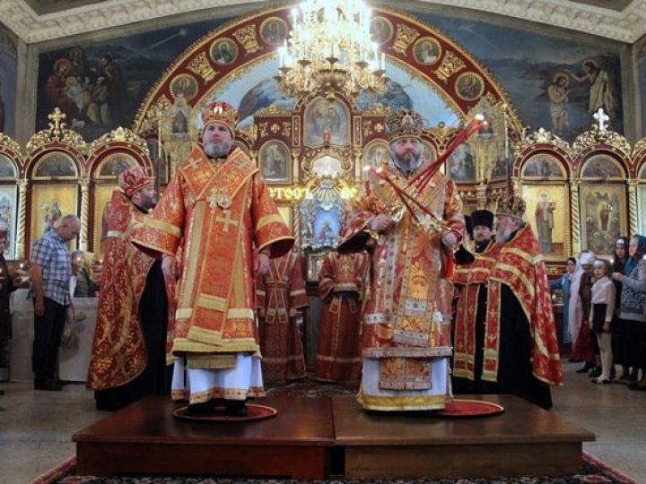 Глава Кузбасской митрополии совершил Пасхальное вечернее богослужение в Архангельском храме Новокузнецка