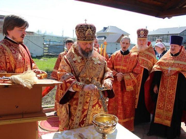 Кузбасский архипастырь освятил воду в источнике при храме в Л-Кузнецком