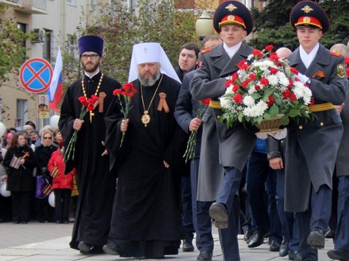 Митрополит Аристарх возложил цветы к памятнику воинам-кузбассовцам, павшим в годы Великой Отечественной войны