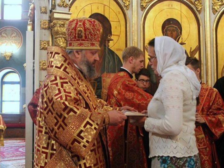 Митрополит Аристарх вручил многодетным матерям Кузбасса «Патриаршие знаки материнства»