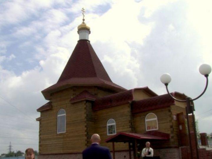 Глава Кузбасской митрополии освятил храм святых Петра и Февронии Муромских, выстроенный в Полысаево